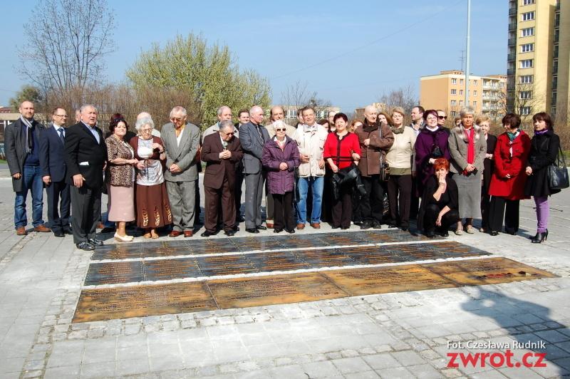 Tablice pamiątkowe przed Teatrem Cieszyńskim (fotogaleria)