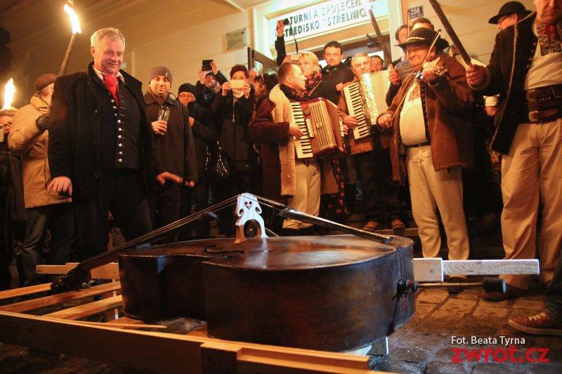 Nad Olzą pogrzebali basy