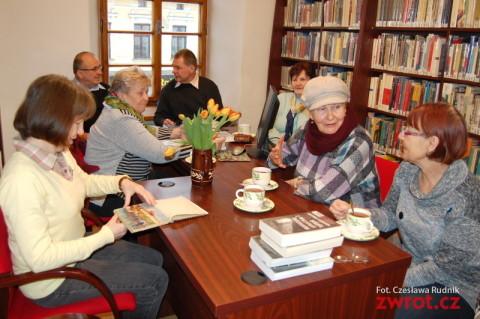 Co miesiąc dyskutują o książkach