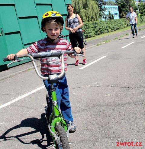 Lato na rowerze lub hulajnodze
