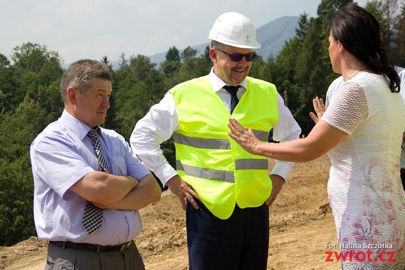 Robotnicy wracają na budowę drogi