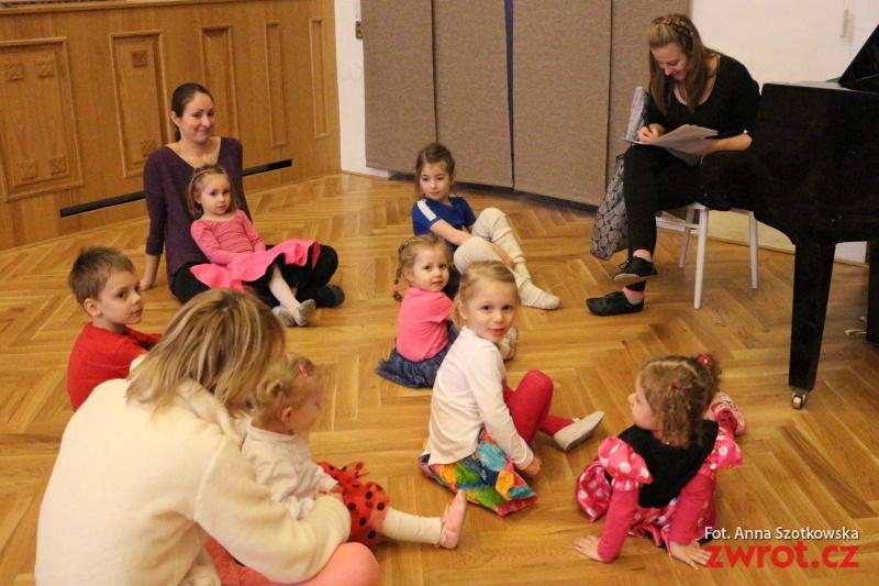 Tańczą maluchy i młodzież