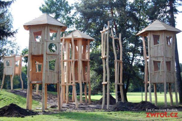 Nowy plac zabaw w parku przybiera realne kształty