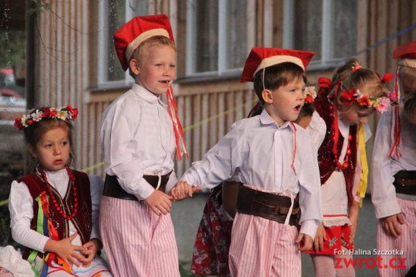 Dzieci z polskiej szkoły i przedszkola na jarmarku