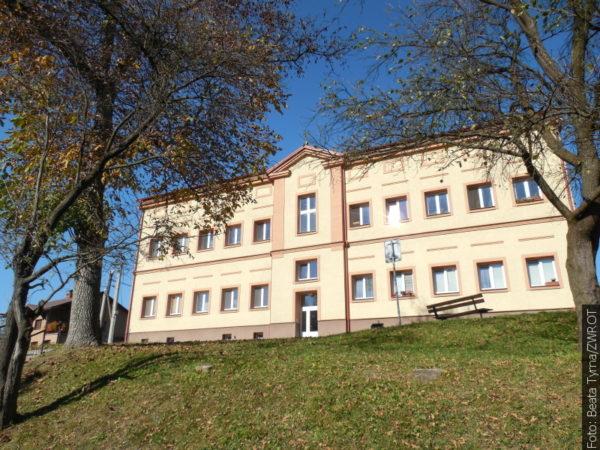 """Spacery ze """"Zwrotem"""": Szkoła w Lesznej"""
