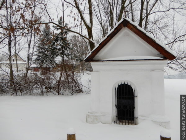 """Spacery ze """"Zwrotem"""": Kapliczka przy ulicy Cmentarnej"""