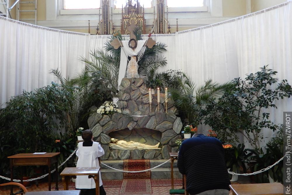 Wierni odwiedzają Boże Groby w kościołach