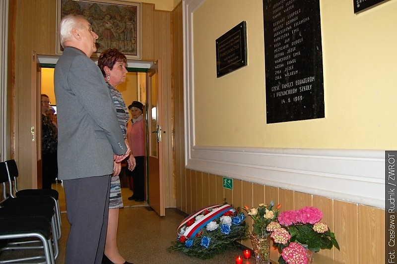 Pod tablicą pamiątkową w Orłowej-Lutyni złożono hołd ofiarom II wojny światowej