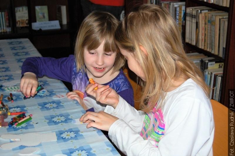 Dzieci uczyły się, jak zrobić prostą, ale własną dekorację wielkanocną