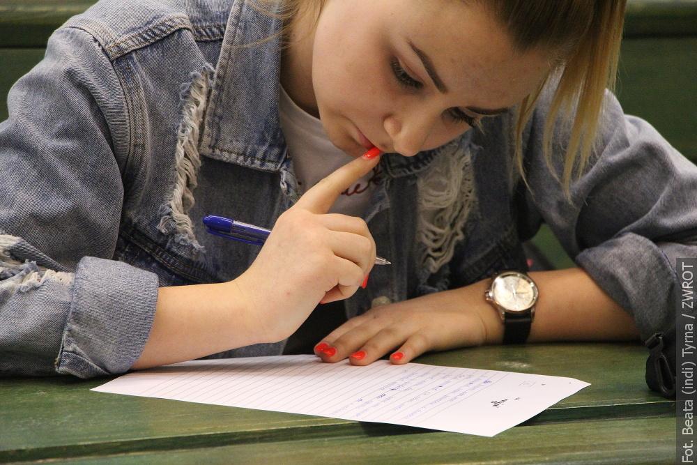 Studenci dobrowolnie pisali dyktando i to w kilku językach!