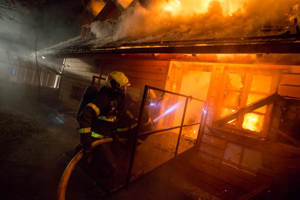 W Piosku w nocy strażacy walczyli z pożarem pensjonatu