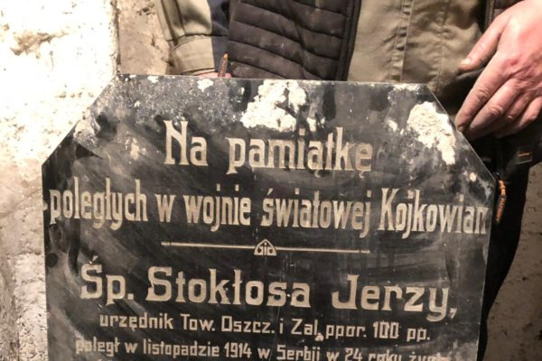 W Kojkowicach znaleziono w piwnicy stuletnią tablicę pamiątkową!