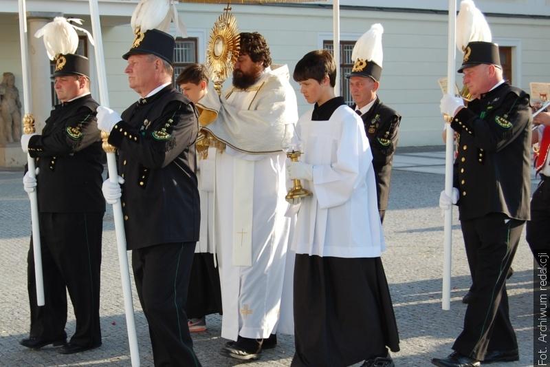 Boże Ciało to w Republice Czeskiej dzień roboczy, w niektórych parafiach pomimo to można uczestniczyć w procesjach