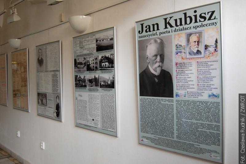 W karwińskiej bibliotece zwiedzać można wystawę o Janie Kubiszu i Karolu Piegzie