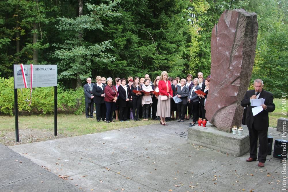 Uroczyście odsłonięto tablicę informacyjną przy pomniku orłowskiego gimnazjum na Obrokach