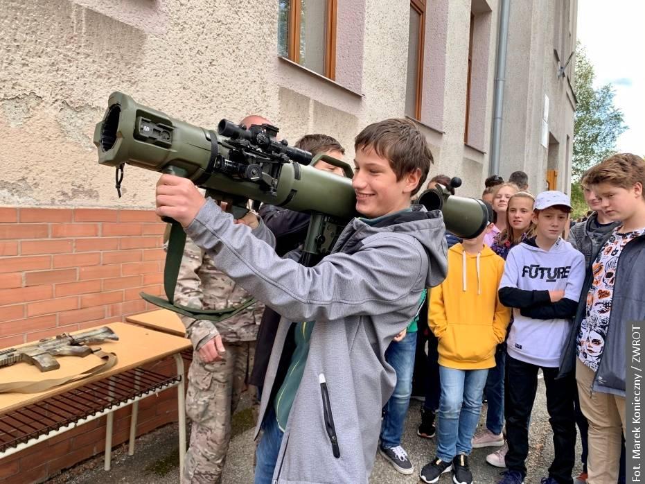Specjalna Jednostka Wojskowa Agat odwiedziła uczniów karwińskiej szkoły