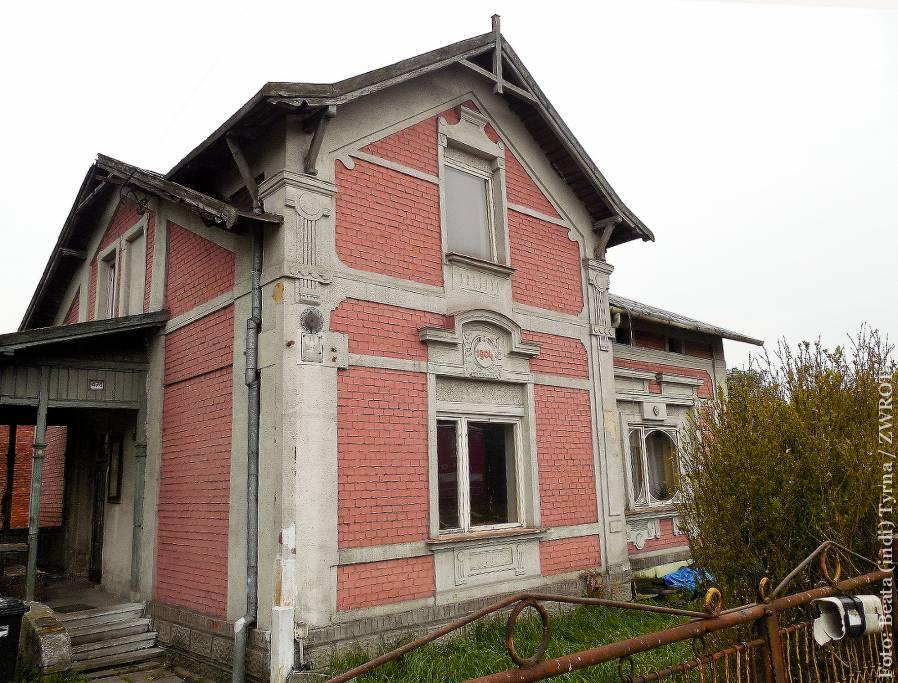 Spacery ze Zwrotem: Dom z orłem w Dąbrowej