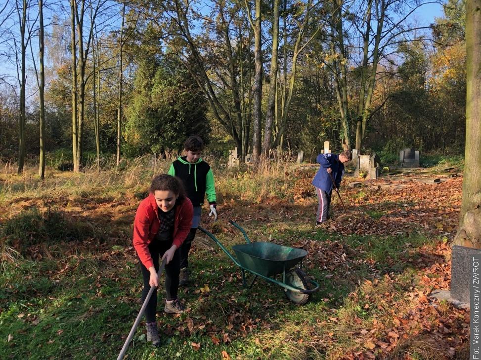 W sobotę wolontariusze porządkowali cmentarz w Karwinie