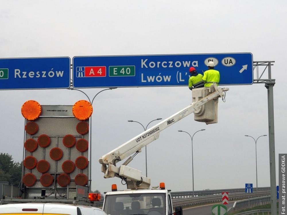 Dwujęzyczne napisy też po polskiej stronie