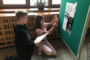 Karwińscy uczniowie poznają wydarzenia aksamitnej rewolucji