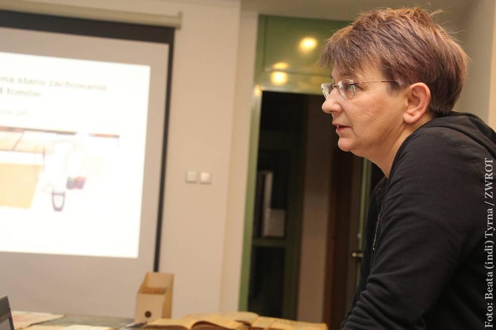 Łucja Brzeżycka tłumaczy, jak ratować domowe zbiory biblioteczne i rodzinne archiwa
