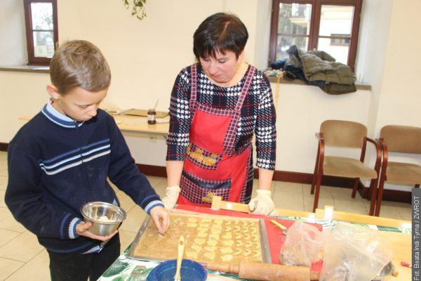 Dzieciaki uczyły się piec cieszyńskie ciasteczka