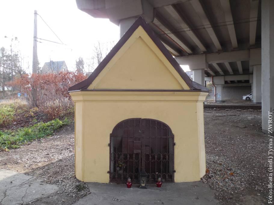 Spacery ze Zwrotem: Kapliczka skazańców pod wiaduktem przy Czarnym Chodniku