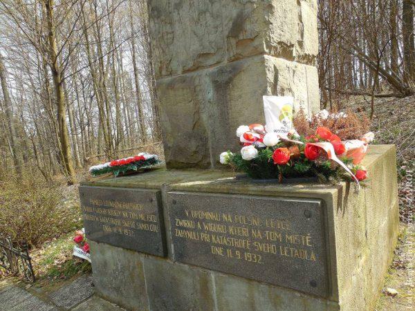 Spacery ze Zwrotem: Pomnik lotników w Cierlicku Kościelcu