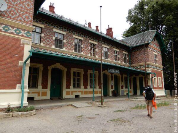 Spacery ze Zwrotem: Dworzec w Lednicy