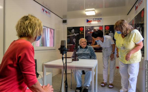 Łzy radości i ogromne wzruszenie. Seniorzy nareszcie mogą się spotkać z bliskimi
