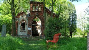 Nowe ławeczki na cmentarzu ewangelickim w Karwinie