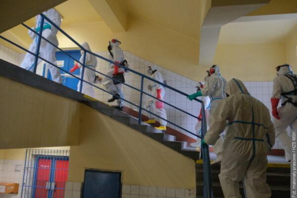 Strażacy dezynfekują trzy kopalnie w powiecie karwińskim