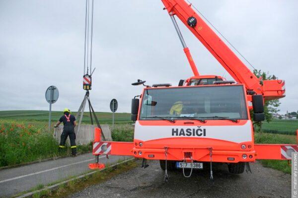 Czescy strażacy usunęli betonowe bariery graniczne, na razie tylko na pobocze