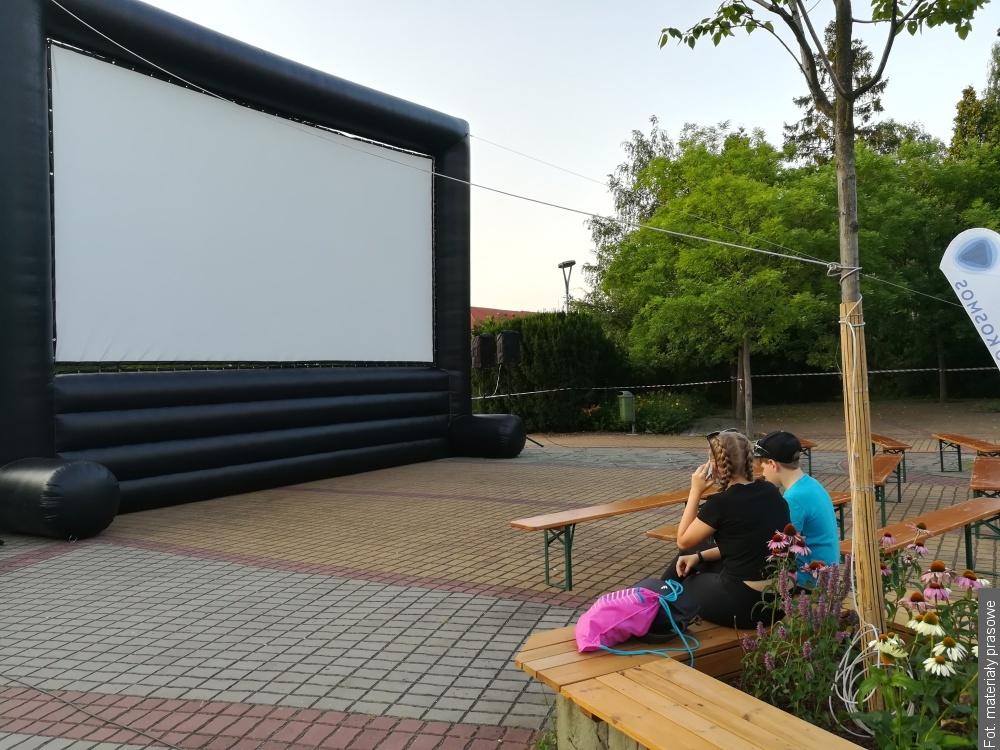 Widzowie Letniego Kina 2020 będą oglądać filmy z krzeseł, trybun i trawników