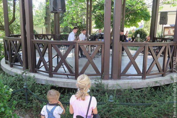 W niedzielne popołudnia w parku Pokoju posłuchać można muzyki na żywo