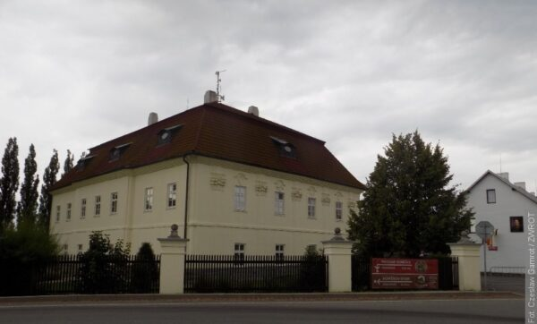 W Toszonowicach Górnych jest plac nazwany na cześć ostatniego cesarza austriackiego. Kiedyś była tu też polska szkoła