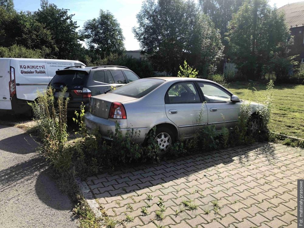 Koniec z blokowaniem parkingów  publicznych przez samochody bez ważnego przeglądu technicznego i ubezpieczenia