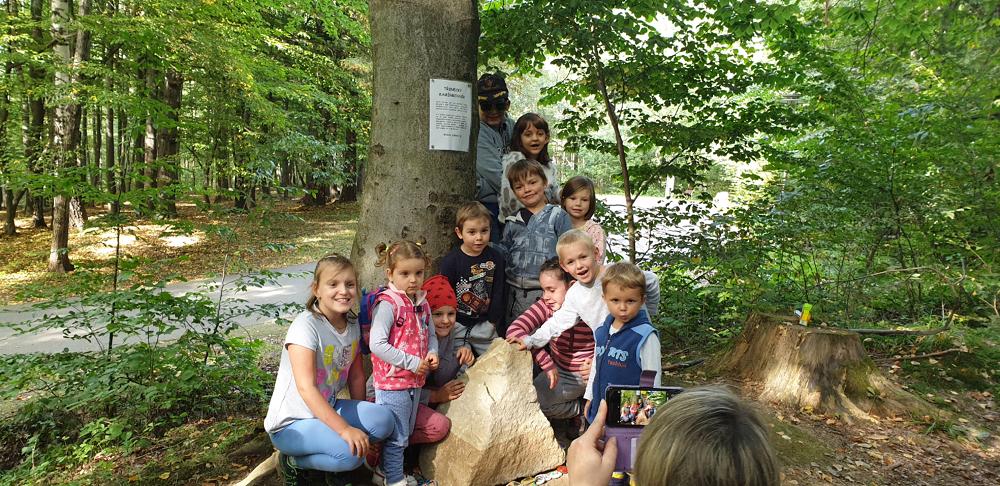 Strażacy z Kojkowic przywieźli dla dzieci z Trzyńca nowy kamień