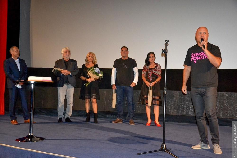 W filmie Ženská pomsta zagrała również Halina Mlynkova, muzykę napisał Lešek Wronka