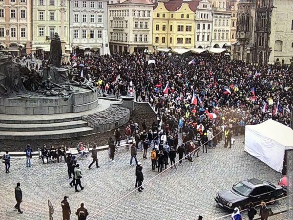 Zamieszki po demonstracji antycovidowców w Pradze