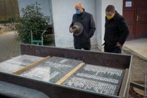 Pomnik tragedii na Kopalni Dukla został przemieszczony na cmentarz w Szumbarku