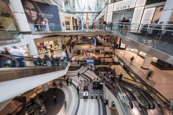 Polska częściowo luzuje obostrzenia. Otwiera galerie handlowe