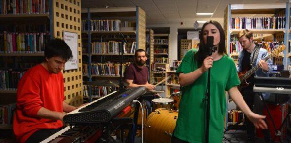 Zespół Noemiracles zagrał koncert pomiędzy książkami w bibliotece
