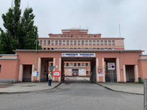 Szpital Wojewódzki w Karwinie nie przyjmuje pacjentów z powodu braków personalnych. Apeluje do studentów medycyny i pielęgniarstwa o zgłaszanie się do pracy