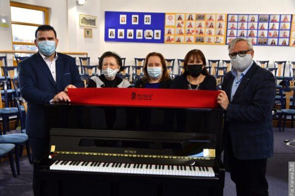 Czeski miliarder podarował pianino jednej z karwińskich szkół
