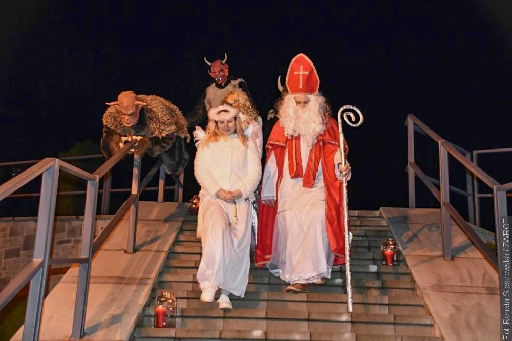 Dzieci w Bukowcu odwiedził Św. Mikołaj. Ze swoją świtą przejechał przez całą gminę