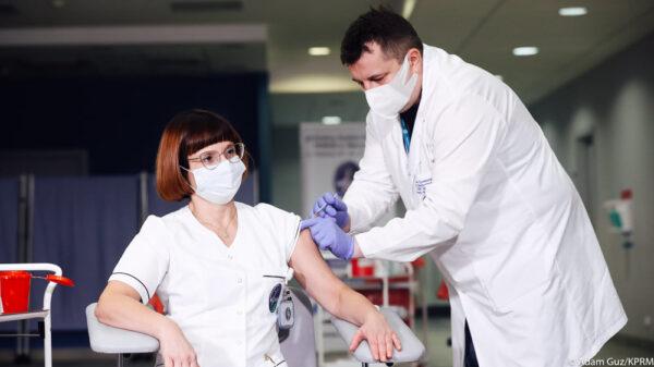 W Europie rusza szczepienie przeciwko COVID-19. W Czechach jako pierwszy zaszczepił się premier