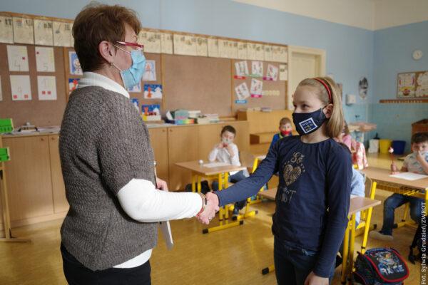 Dzieci ze szkoły w Oldrzychowicach otrzymały świadectwa za pierwsze półrocze