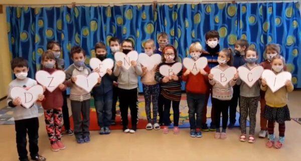 Uczniowie z PSP w Błędowicach przygotowali dla swoich dziadków wirtualne życzenia [WIDEO]