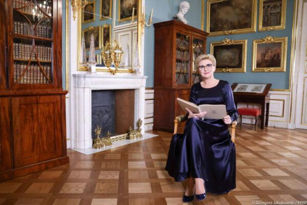 Pierwsza dama czyta dzieciom opowieść o Janku Kominiarczyku